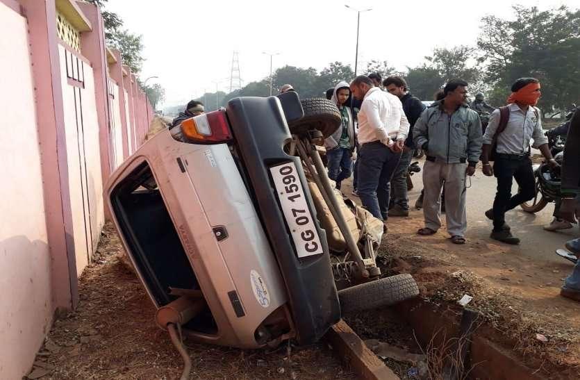 भयानक सड़क हादसा: बिजली खंभे से टकरा कर कार के दो टुकड़े हो गए, चालक की मौत