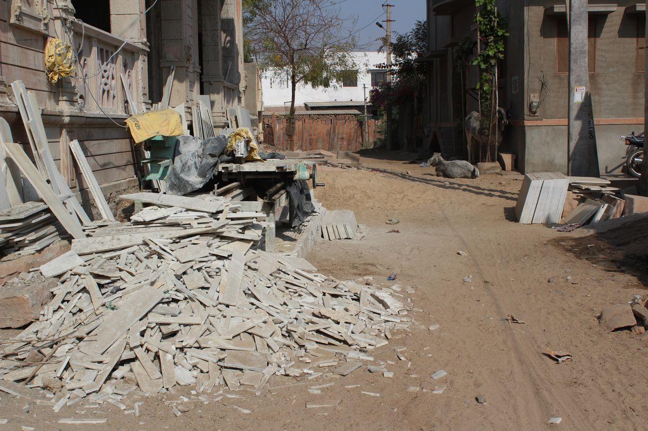 सड़क पर निर्माण सामग्री के ढ़ेर, नगर परिषद बेफ्रिक
