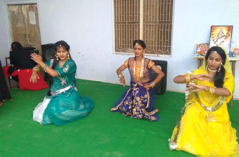 सांस्कृतिक कार्यक्रम में छात्राओं ने दी प्रस्तुति