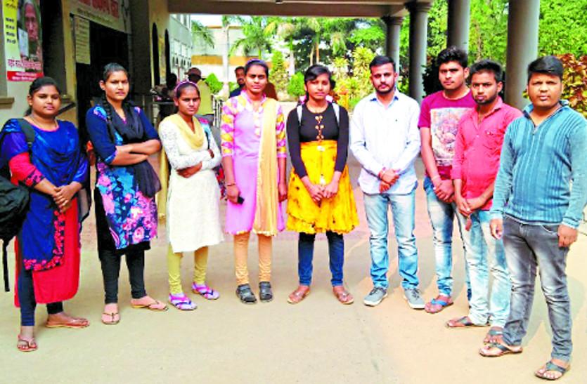 छात्रों ने कलेक्ट्रेट पहुंचकर प्रोफेसर की मांग को लेकर किया प्रदर्शन