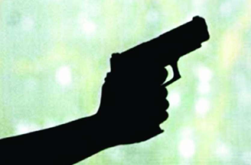 शिवपुर में प्रमोटिंग को लेकर गोली व बम चले