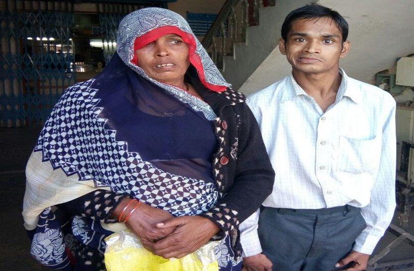 दिव्यांग बेटे का बैंक में खाता खुलवाने भटकती रही मां, बैंकों ने किया इंकार