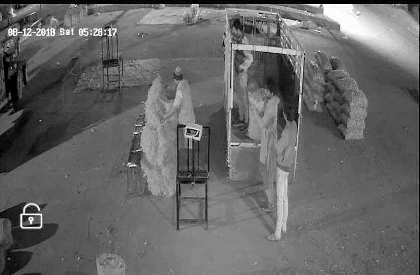 रतलाम मंडी में चोरी करते कैद हुआ हम्माल, किसान ने फुटेज दिखाए, अधिकारियों कहा दिखवाते