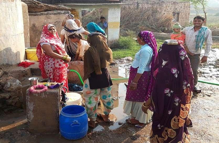 एक टंकी के भरोस पूरे गांव की पेयजल व्यवस्था