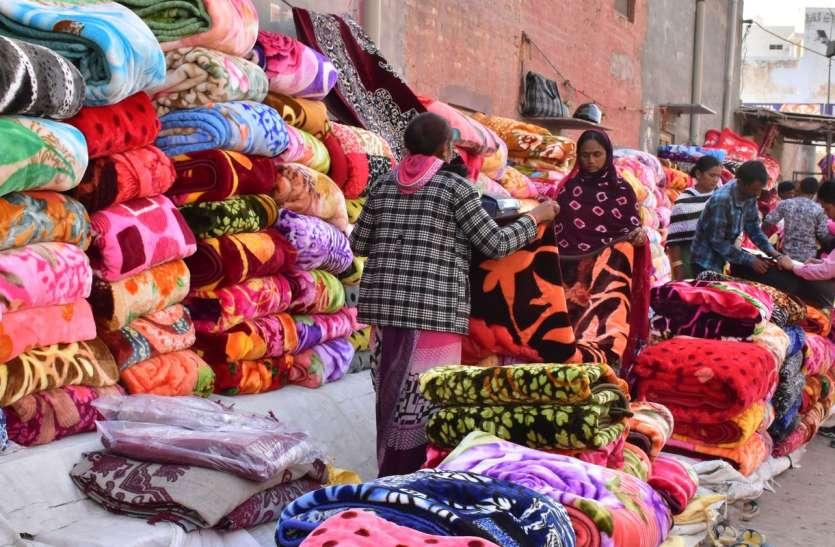 सर्दी का असर: गर्म कम्बल और रजाइयों की बिक्री जोरों पर