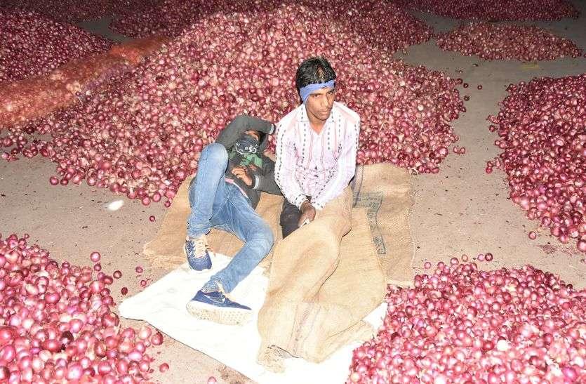 मंडी लाइव....खुले आसमान के निचे उपज पर ठिठुरते रात गुजार रहे किसान
