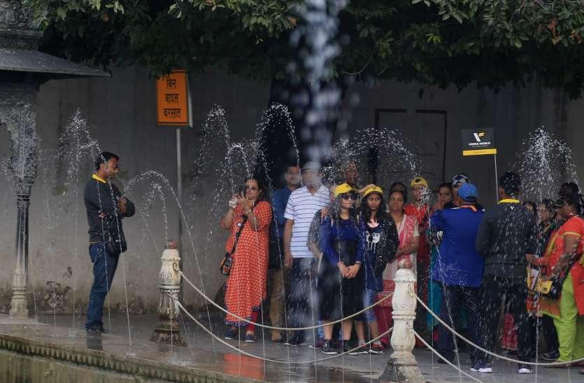 Tourists In Udaipur : लेकसिटी में पर्यटकों की रौनक...देशी-विदेशी पर्यटकों की बहार, Video