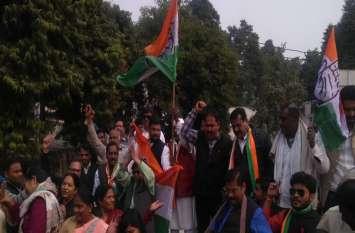 यूपी में कांग्रेसियों ने जमकर मनाया जश्न, सपा-बसपा में भी जगी उम्मीदें