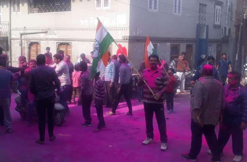 Rajasthan Election 2018 result in Bikaner Live Updates : जीत से पहले ही एक-दुसरे को लगाई गुलाल, बड़ी स्क्रीन पर देख रहे परिणाम