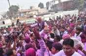 राजीव भवन में कार्यकर्ताओं संग जीत का जश्न मानते कांग्रेस प्रदेश अध्यक्ष भूपेश बघेल