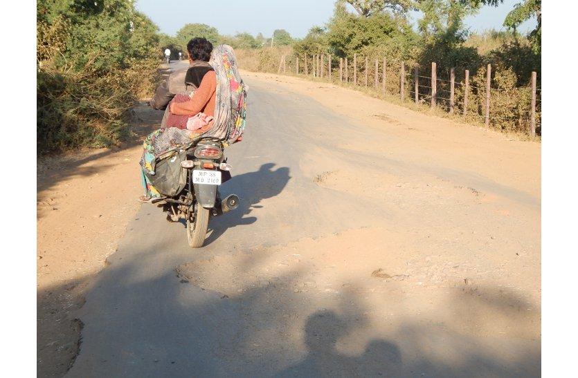चिकलोद से रायसेन तक की सड़क बदहाल, रोड पर बने कई गहरे गड्ढे