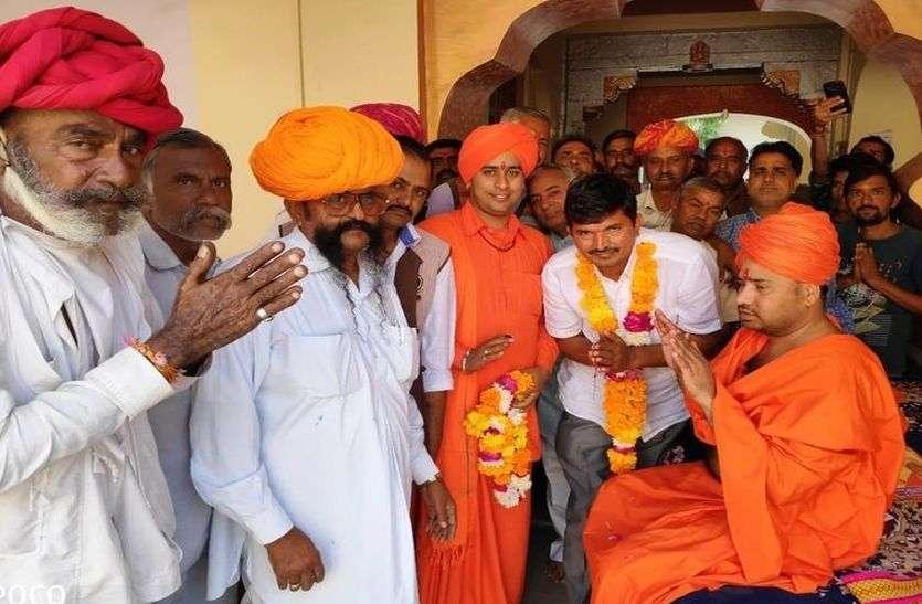 जीत के बाद प्रत्याशियों ने मंदिरों में लगाई धोक, संतों से लिया आशीर्वाद