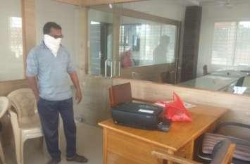मृत श्वान लेकर युवक पहुंचा पालिका कार्यालय