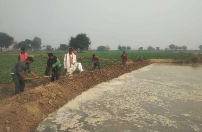 वीडियो: नहर विभाग की लापरवाही से इन आलू किसानों को उठाना पड़ा भारी नुकसान, किसानों ने इस तरह किया विरोध