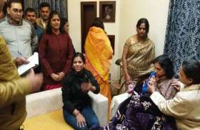 अलवर के मनुमार्ग स्थित घर में लाखों की लूट के बाद मौके पर पहुंची डीएसपी डॉ. प्रियंका, देखें Live Photos