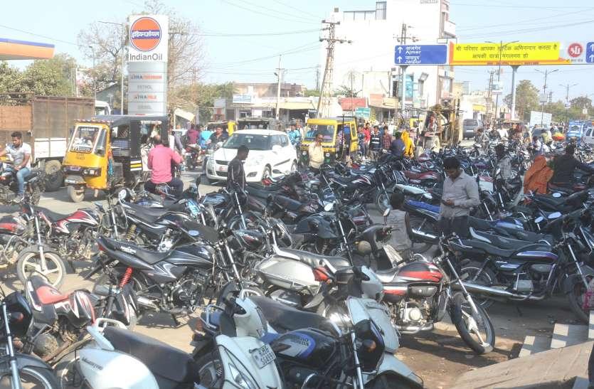 सड़क पर पार्किंग, यातायात बदहाल