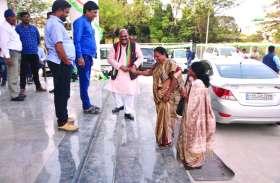 दिल्ली में होगा सीएम पर मंथन, यहां शहर में गरमाया माहौल