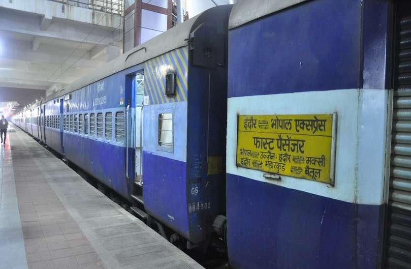 इंदौर का यह खास व्यक्ति, 16 डब्बो की ट्रेन में करता है अकेला सवारी