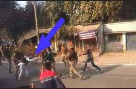 सीएम योगी आदित्यनाथ को सपा कार्यकर्ता ने दिखाया काले झंडे, पुलिस ने की पिटाई