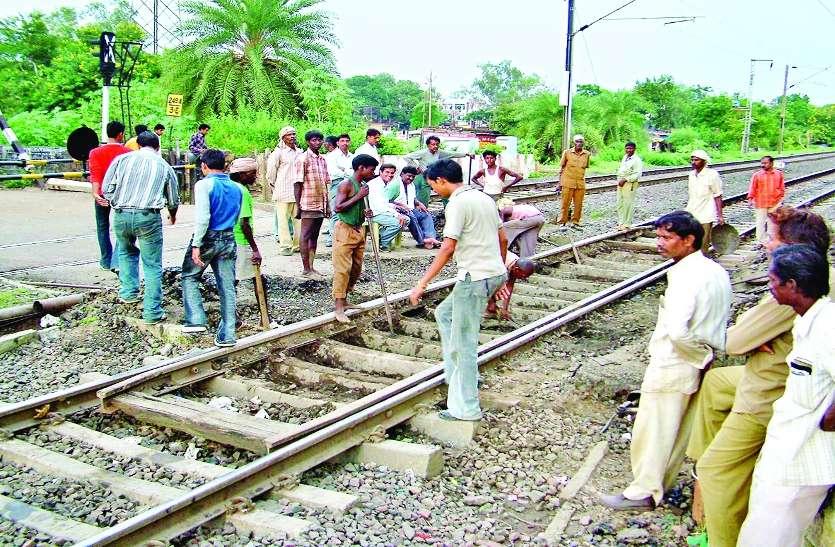 दो लाख की आबादी का रास्ता बाधित, चार साल से बंद है रेलवे फाटक