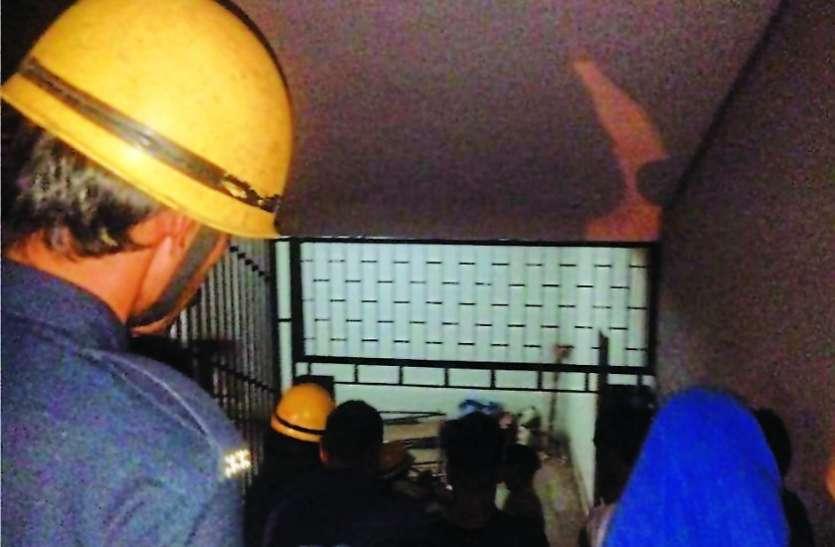 स्मीमेर में लिफ्ट चौथी मंजिल पर अटकी, दो गर्भवती महिलाएं समेत छह जने फंसे
