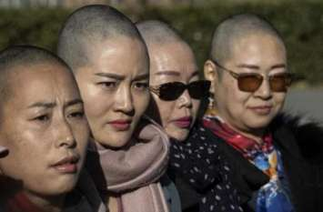 पति को न्याय दिलाने के लिए चीन की चार महिलाओं ने मुंडवाया सिर