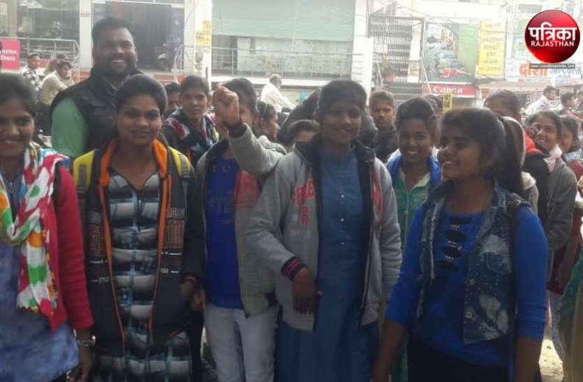 बांसवाड़ा : खाने में सलाद गायब, नहाने के लिए नहीं साबुन, जनजाति कन्या छात्रावास में सुविधाओं का अभाव, छात्राओं ने कलक्टरी पर किया प्रदर्शन