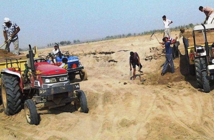 बालू माफियाओं खनन अधिकारी को रौदने का प्रयास किया