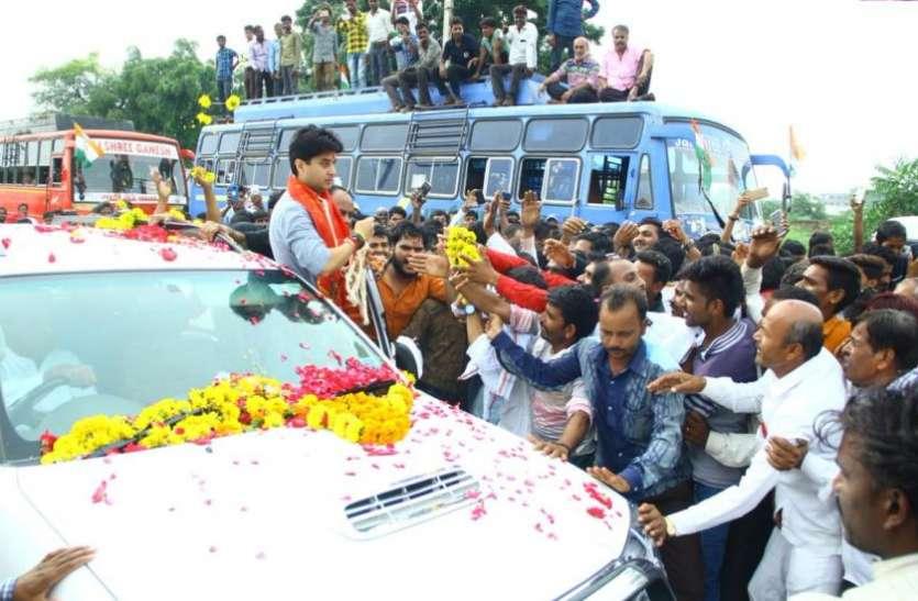 MP में मोदी मैजिक को फेल करने वाला कांग्रेस का ये स्टार प्रचारक चलाता है ये मामूली सी कार, राजघराने से है गहरा ताल्लुक