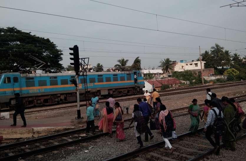 खतरे के बीच करते है रेलवे ट्रेक को पार