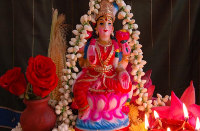 लक्ष्मी जी के पास चुपचाप रात में रख दें ये एक चीज, रुपयों से भर जाएगा घर