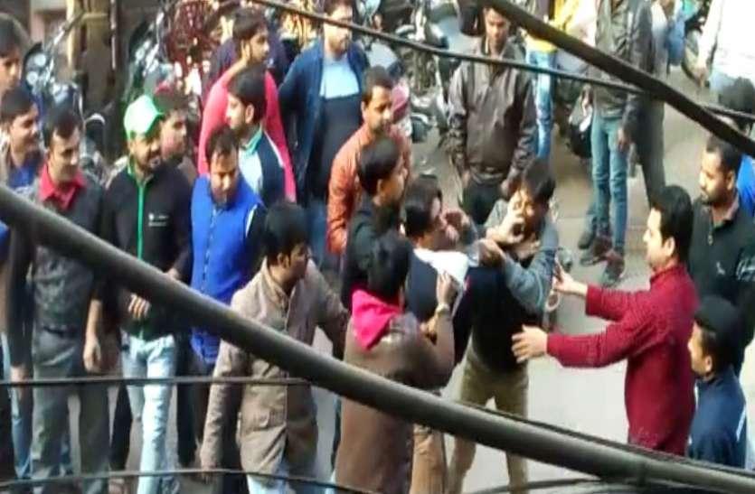 बरेली के बाजार में जमकर मारपीट -देखें वीडियो