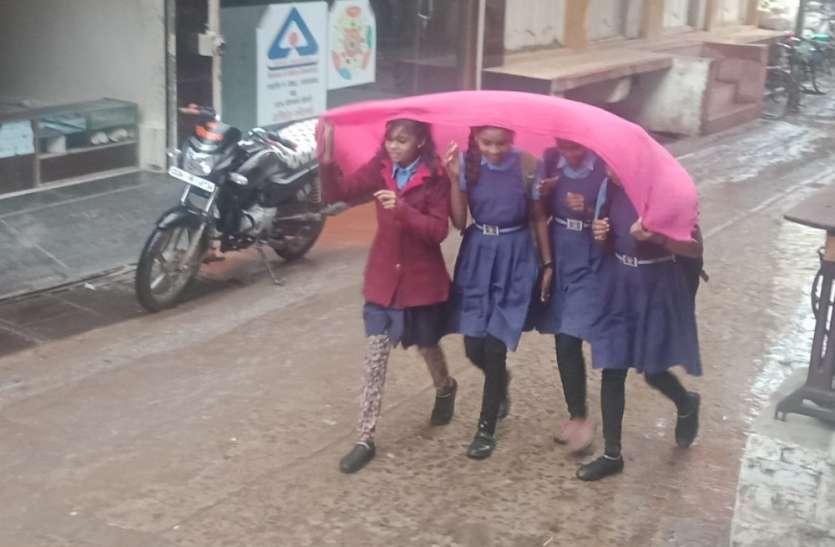 बेमौसम बारिश से जनजीवन अस्त-व्यस्त और बढ़ गई ठंड