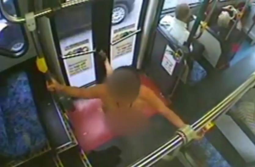बस में अचानक महिला ने उतार दिए अपने पूरे कपड़े, करने लगी ऐसा काम... Video वायरल