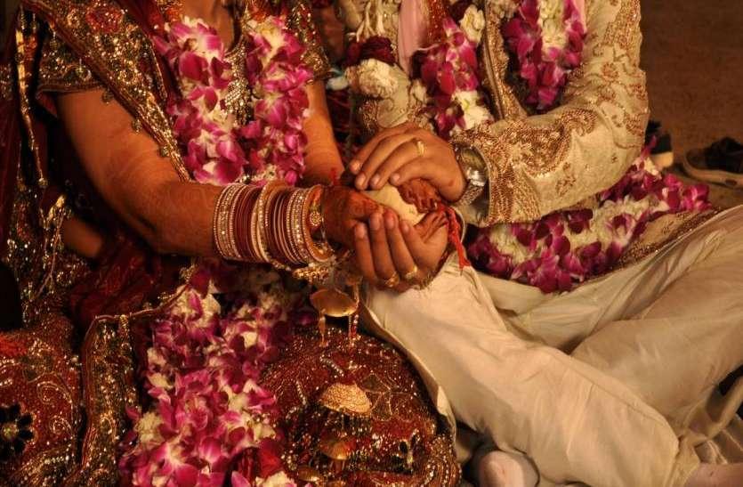 शादी में आने वाले दूल्हा-दुल्हन ने हर रिश्तेदार को दिया ऐसा गिफ्ट, देखकर चौंक गए सभी- देखें वीडियो
