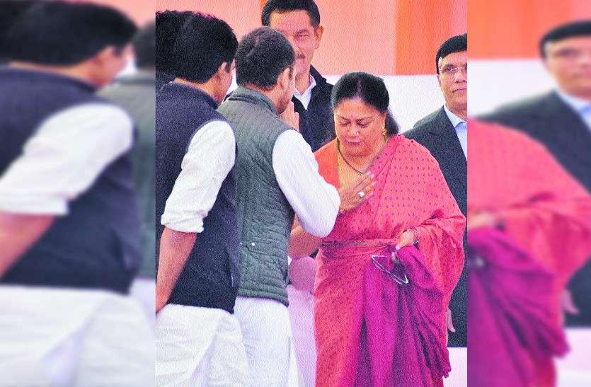 एक-एक नेता से मिले राहुल गांधी, वसुंधरा राजे से गर्म जोशी से मिलाया हाथ तो...