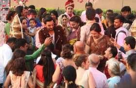 'सिंबा' प्रमोशन के दौरान बिन बुलाए मेहमान की तरह एक शादी में घुस गए रणवीर, फिर जो हुआ...