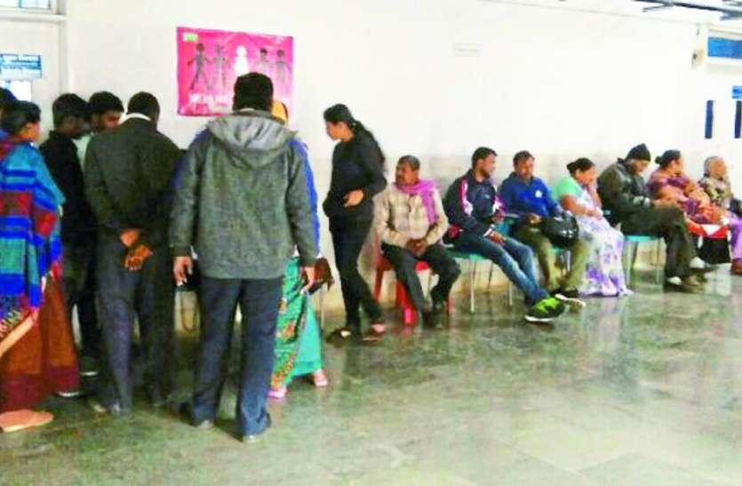 समय पर नहीं मिलते हैं डॉक्टर और नर्स, नेहरू अस्पताल में बिना इलाज के लौट रहे मरीज