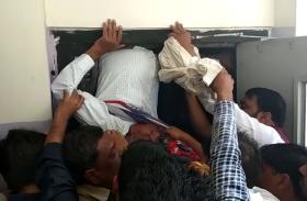 Breaking: देखें दिल दहला देने वाला वीडियो, चलती लिफ्ट में उल्टा फंसा शख्स