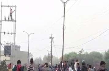 Video - बिजली खंभे पर चढ गया युवक जिसे वापस उतारने में पुलिस के छूटे पसीने, भींड़ भी हुई बेकाबू