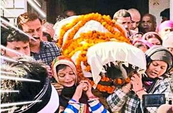 7 सात बेटियों ने दिया पिता को कंधा, सबसे छोटी बेटी की 6 दिन पहले ही हुई शादी