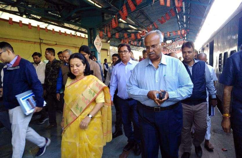 महाप्रबंधक ने लिया रेलयात्री सुविधाओं का जायजा