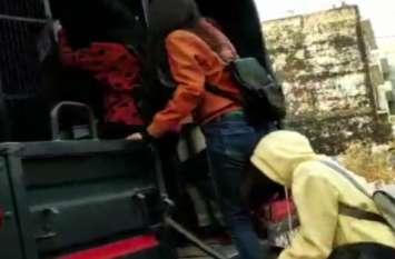 इस जिले में यूपी पुलिस के इतिहास की 'सबसे बड़ी' गिरफ्तारी, 126 अारोपियों को एक साथ किया गिरफ्तार, देखें वीडियो