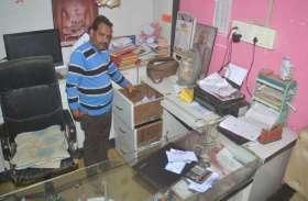 गल्ला दुकान से 2.4 लाख रुपए पार कर ले गए चोर