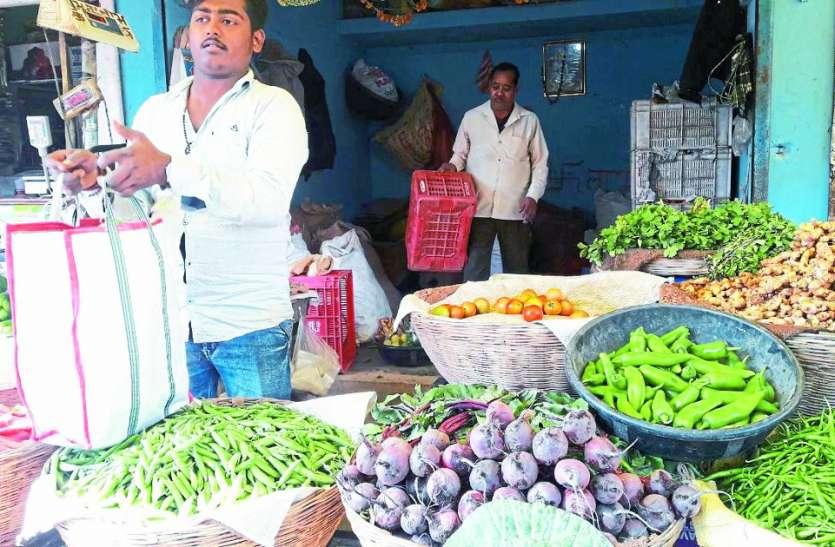 टीन शेड खाली, सड़क में बैठे सब्जी व्यापारी
