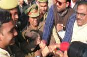 कांग्रेसियों से योगी सरकार का पुतला छीन ली गई पुलिस, नारेबाजी करते रह गए कार्यकर्ता, देखें वीडियो