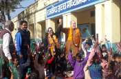 हिंदू रीति-रिवाज से 4 साल पहले जहां रचाई थी शादी, वहीं लौटा विदेशी जोड़़ा़ और इस तरह से बांटी खुशियां