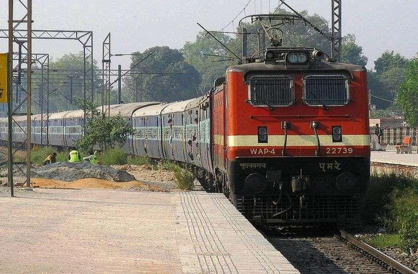 Video ; उदयपुर में बने आरयूबी स्लेब से गुजरी चेतक एक्सप्रेस तो झूम उठे रेलवे के कर्मचारी, देखें वीडियो