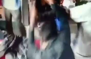 पुलिस और कस्टम अधिकारी बनकर 3 लोगों ने की दुकानदार की पिटाई, देखें वीडियो