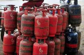 गैस एजेंसी संचालक नियमों खिलाफ उपभोक्ताओं से करा रहे रिफलिंग